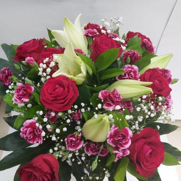 זר ורדים עם ליליות ורודות